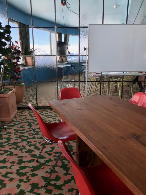 Sitzungstisch mit Whiteboard
