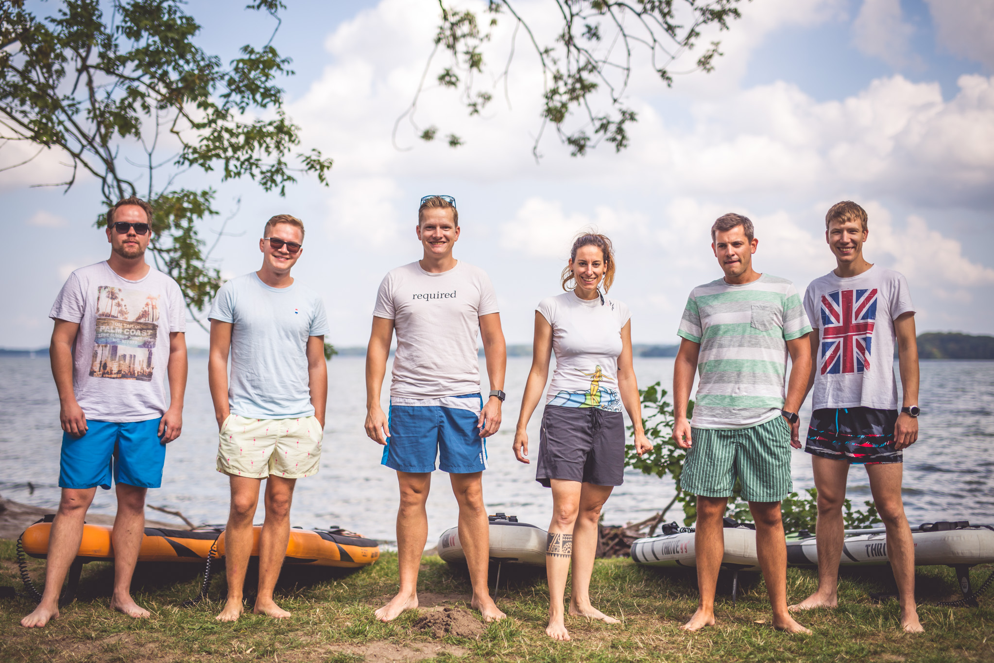 required Team-Foto mit Paddle-Boards beim Company Retreat 2018