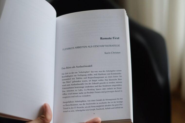 Das Yeahrbook der HWZ aufgeklappt auf Seite 79 zum Theme Remote First